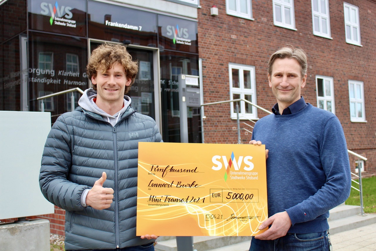 Ralf Bernhardt, Stadtwerke Stralsund, überreicht Scheck an Lennart